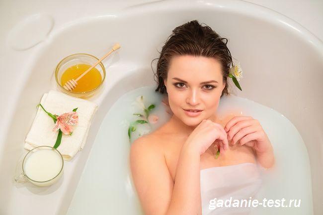 Девушка принимает дома ванну Клеопатры с молоком и медом эффективный домашний уход https://gadanie-test.ru/