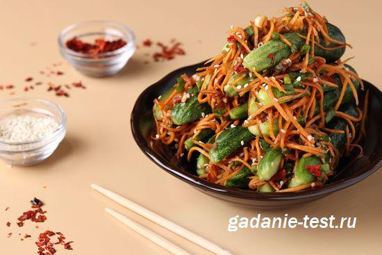 Салат по-корейски из огурцов и моркови на тарелке https://gadanie-test.ru/