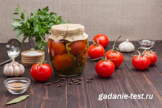 Готовые помидоры с чесноком на меду в банке